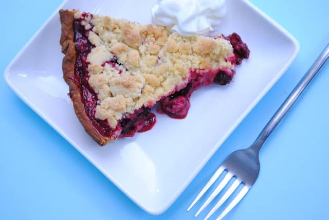 blackberry crumb pie