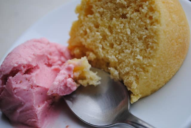 golden pound cake with strawberry ice cream