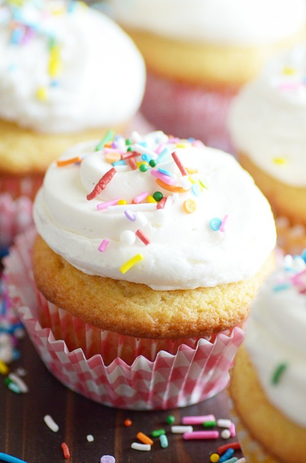 Classic Vanilla Cupcakes Are My Favorite And You Ll Be Surprised How Easy They