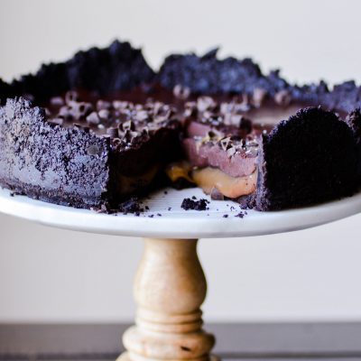This Chocolate & Salted Caramel Pie is absolutely sinful! A delicious no-bake Oreo crust filled with a gooey layer of EASY homemade salted caramel topped with a silky chocolate ganache.