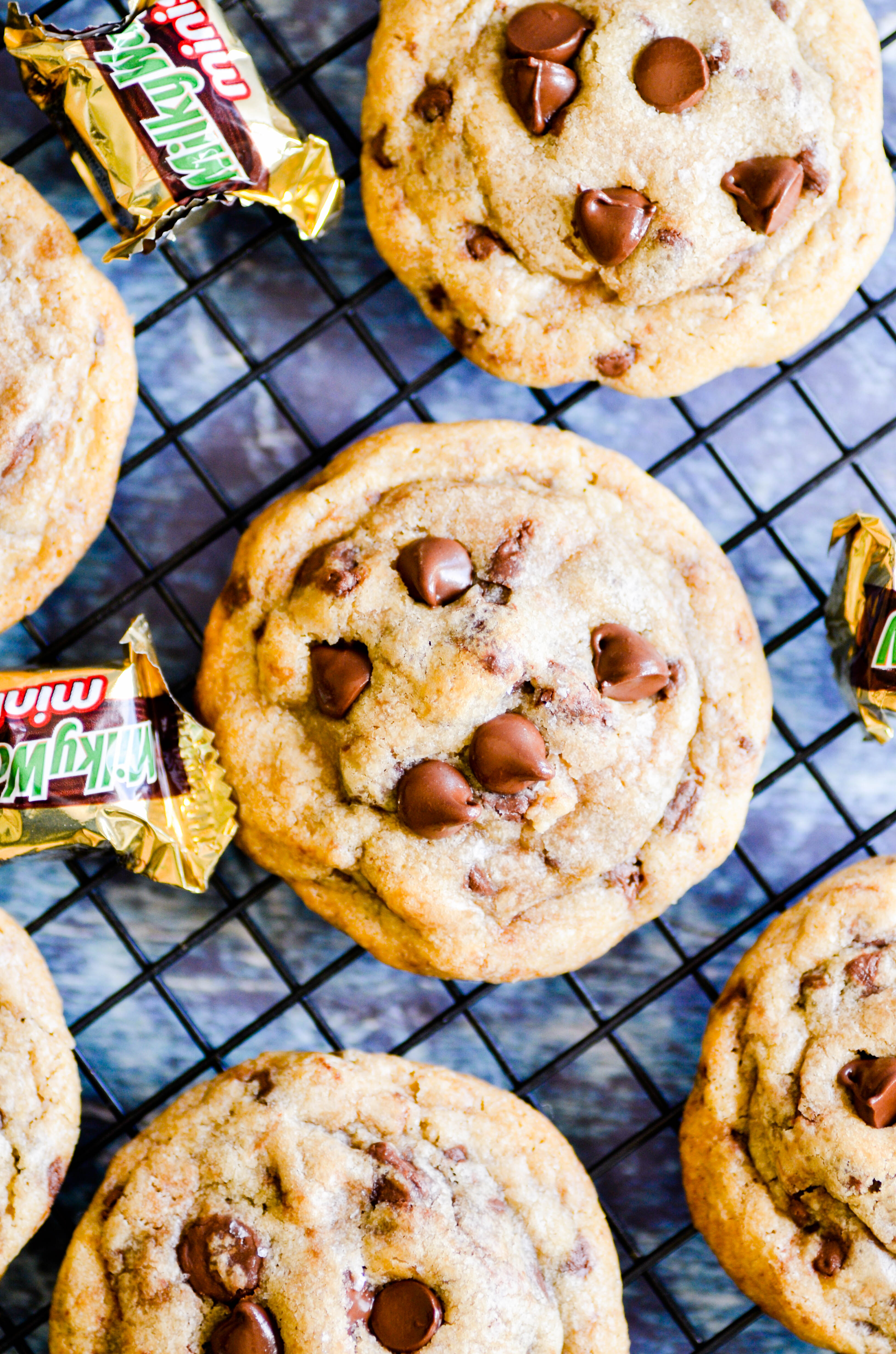 These Milky Way Stuffed Chocolate Chip Cookies are the best possible use of your Halloween candy. I promise 👌🏻.