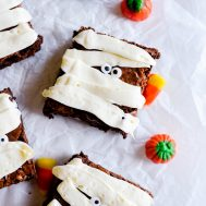 These cute and easy mummy brownies come together in no time! Such a fun and simple treat for Halloween.