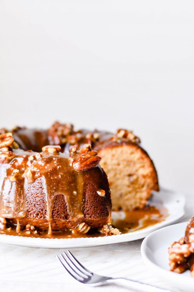 This Southern Pecan Praline Cake Recipe is extra delicious and would be a fantastic centerpiece of your Thanksgiving dessert table. #thanksgiving #recipe #dessert #bundt #cake #thanksgiving